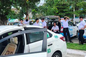 Tài xế 8 hãng taxi đồng loạt ngưng đón khách sân bay Đà Nẵng để phản đối Grab, xe dù