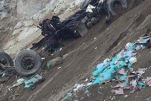 Xe container rơi xuống vực, tài xế tử vong