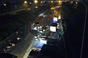 Xe tải chở rau quả lật nghiêng trên đại lộ Thăng Long