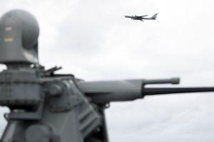 Đang tập trận trên biển, chiến hạm Mỹ bị 'Gấu Nga' lướt qua đầu