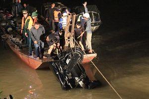 Vụ xe ô tô rơi xuống sông Hồng: Hai nạn nhân đều là nữ