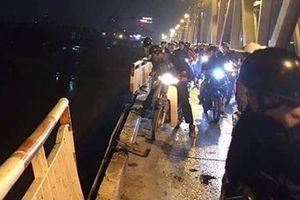 Xe ô tô Mercedes 'xé' lan can cầu Chương Dương lao xuống sông Hồng, 2 người tử vong