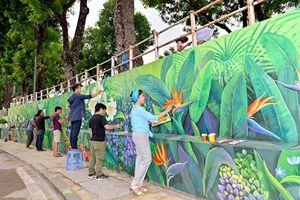 Bốn mùa hoa Hà Nội nở rộ trên tranh tường phố Phó Đức Chính