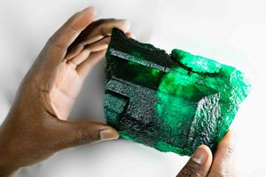 Thợ mỏ châu Phi đào được viên ngọc khổng lồ