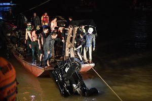 Đã tìm thấy xe ô tô húc văng lan can cầu Chương Dương, lao xuống sông Hồng