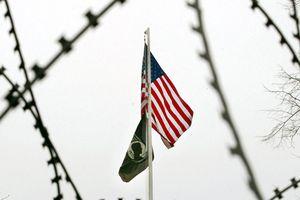 Quân đội Mỹ dựng hàng rào dây thép gai để đối phó với đoàn di dân