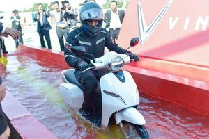 Bí thư Hải Phòng thử khả năng chống ngập nước của xe máy điện VinFast