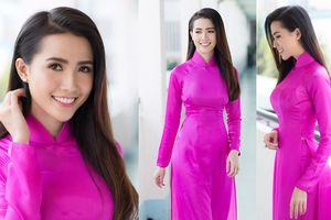 Phan Thị Mơ mặc áo dài hồng duyên dáng về thăm trường xưa