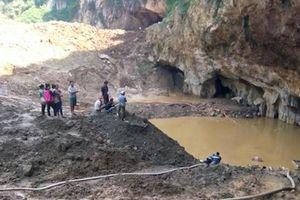 Sập mỏ khai thác vàng, 2 công nhân bị mắc kẹt