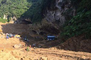 Hòa Bình: Hơn 100 người giải cứu 2 phu vàng mắc kẹt trong hang