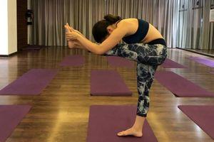 Yoga: cải thiện sự tập trung với 'tư thế Đứng đầu chạm gối'