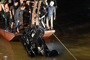 Phát hiện 2 thi thể trong chiếc Mercedes lao xuống sông Hồng
