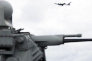Oanh tạc cơ Nga bay 'cắt mặt' tàu chiến Mỹ ở khu NATO tập trận