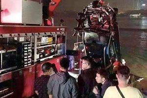 Xác định danh tính 2 nạn nhân trong vụ xe Mercedes lao xuống sông Hồng