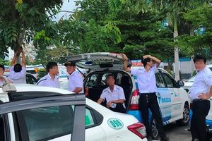 Nhiều tài xế taxi nghỉ chạy phản đối Grab, xe chui ở sân bay