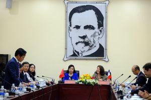 Bộ trưởng Y tế Pháp thăm nơi phát hiện ca HIV đầu tiên tại Việt Nam