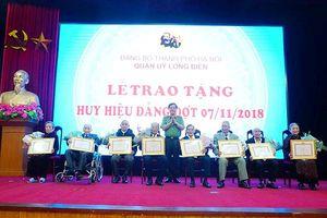 Trao tặng Huy hiệu Đảng cho 214 Đảng viên của quận Long Biên