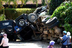 Xe tải lật, đè nát chân người lái xe ôm