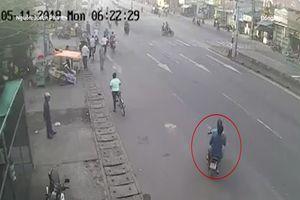 Sang đường ẩu, hai thanh niên bị tông văng lên dải phân cách