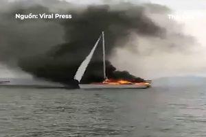Du thuyền bị sét đánh, cháy ngùn ngụt trên biển Thái Lan