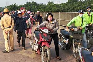 Dòng người dắt bộ xe máy để tránh CSGT phạt