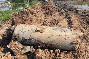 Đào ao thả cá phát hiện vật nổ 'khủng' nặng khoảng 1 tấn nghi là bom