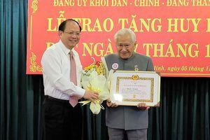 Đảng ủy khối Dân - Chính - Đảng trao tặng huy hiệu Đảng cho 15 đồng chí