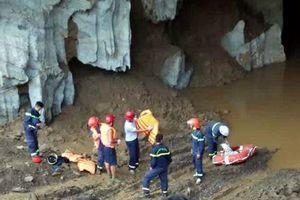 Hòa Bình: Trắng đêm giải cứu hai phu vàng mắc kẹt trong hang