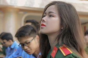 Cô gái mặc quân phục gây sốt mạng nhờ gương mặt nhìn là mê