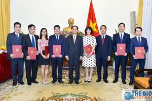 Thứ trưởng thường trực Bùi Thanh Sơn trao quyết định bổ nhiệm, điều động cán bộ