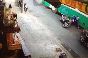 Xe buýt va chạm xe máy, 2 người tử vong