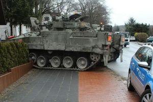 Xe tăng đâm xe quân sự ở Na Uy