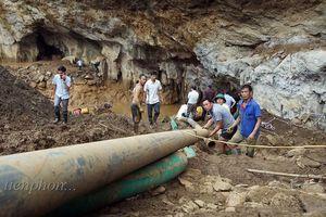 Nỗ lực tìm 2 nạn nhân đào vàng mắc kẹt trong hang sâu ở Hòa Bình