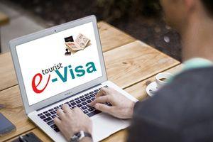 Đề xuất kéo dài thí điểm cấp thị thực điện tử cho người nước ngoài thêm 2 năm