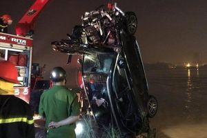 Xác định được danh tính 2 nạn nhân trong vụ xe Mercedes lao xuống sông Hồng