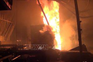 Công ty sản xuất gỗ ép cháy rụi từ đêm tới sáng, 8 xe cứu hỏa mới dập tắt