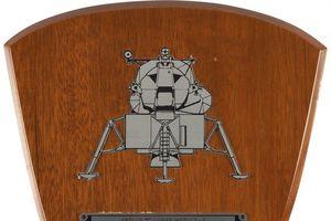 Đấu giá kỷ vật chuyến du hành lên mặt trăng của phi hành gia N.Armstrong