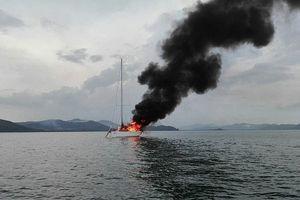Du thuyền cháy ngùn ngụt giữa biển vì bị sét đánh