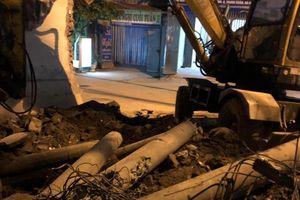 Dân tự ý chặt phá cột điện, Điện lực Thanh Xuân chỉ biết bắt đền?