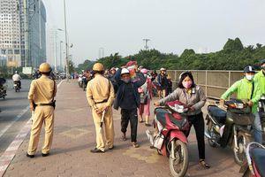 Clip: Cả đoàn người dắt xe máy ngược chiều trên vỉa hè để né CSGT