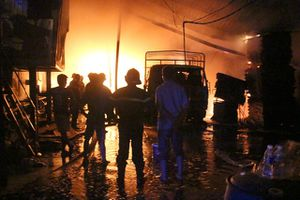 Xưởng gỗ ở Bình Dương cháy dữ dội, dân bỏ chạy tán loạn trong đêm