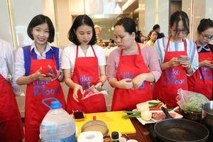Hàng trăm nữ học viên cùng trải nghiệm nấu ăn với đầu bếp Hàn Quốc