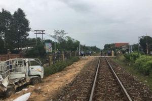 Qua đường bất cẩn, xe tải bị tàu hỏa hất văng khỏi đường ngang