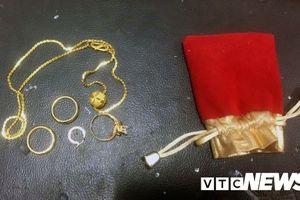 Nhặt được nhiều trang sức bằng vàng trả lại người mất: Hai nam sinh Quảng Ninh nhận được nhiều bằng khen