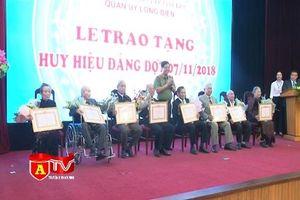 Trao tặng Huy hiệu Đảng cho 82 đảng viên lão thành