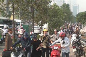 CSGT Hà Nội nói về hàng ngàn người dắt xe máy qua chốt