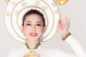 Nguyễn Thúc Thùy Tiên lộng lẫy trong quốc phục hoa sen