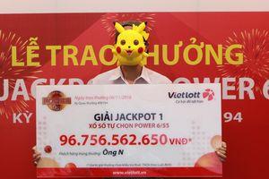 Người trúng 96,7 tỷ Vietlott đeo mặt nạ Pikachu khi lĩnh giải