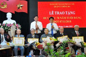 Chủ tịch UBND TP Hà Nội Nguyễn Đức Chung trao Huy hiệu Đảng cho đảng viên lão thành