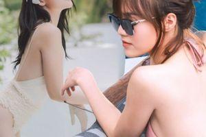 Ninh Dương Lan Ngọc nóng bỏng với bikini bên bể bơi